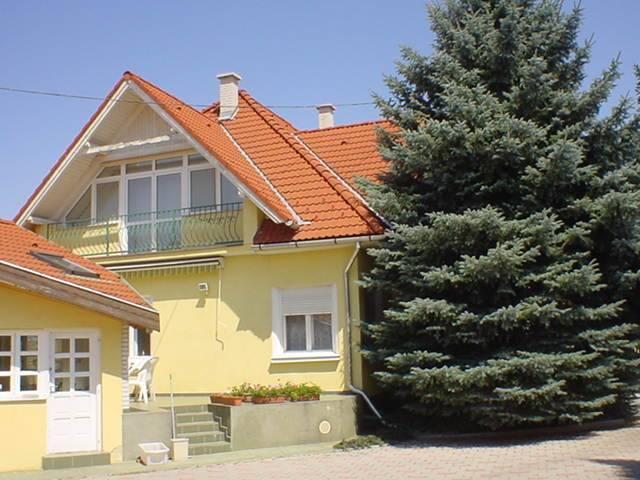 Veszprém belvároshoz közeli, kedvelt kertvárosi részén, csendes, nyu… 2