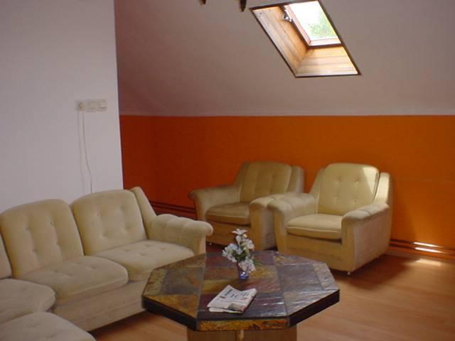 Balatonkenese központi részén, családi ház besorolású, de panzióként… 7