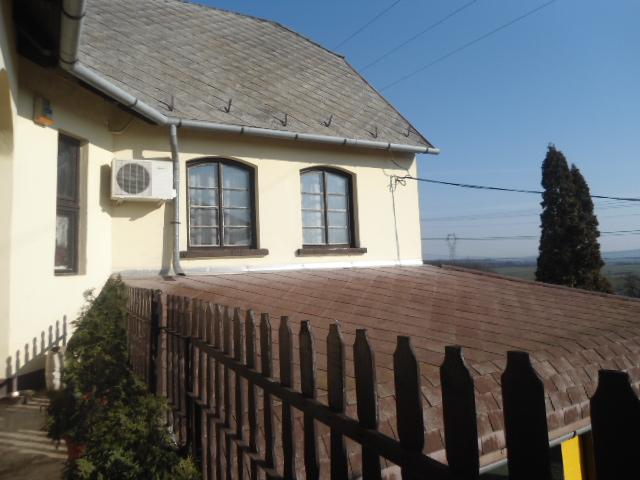 Veszprémtől 15, a Balatontól 10 km-re, Litéren 732 m2-es, összközműv? 6