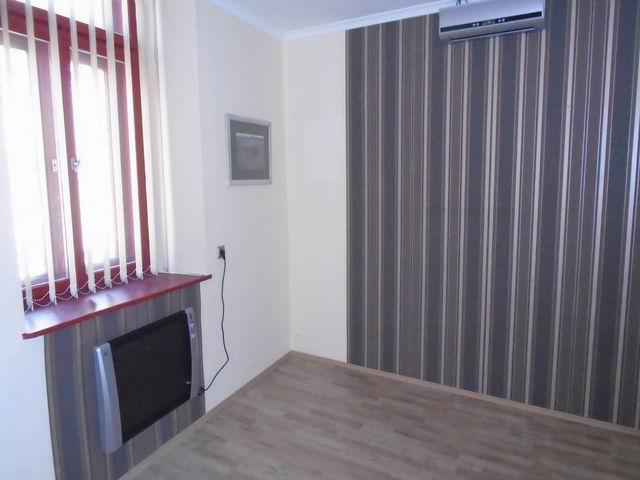 Veszprém belvárosában, irodaházban, első emeleti, igényes, teljes fe… 7