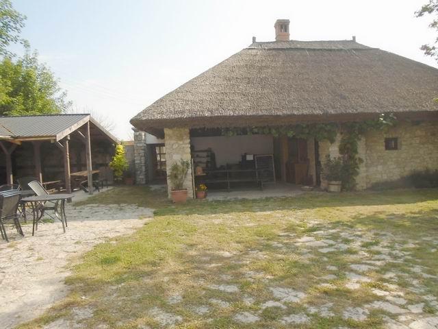 Nemesvámoson, Veszprémtől 8 km-re, a főút mellett, az 1800-as évekbe… 10