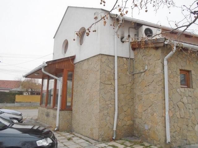 Veszprémben, a Dózsavárosban, forgalmas helyen, 364 m2-es telken, 20… 2