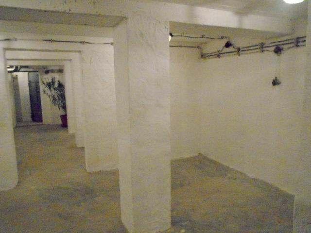 Veszprémben, az Egyetemvárosban, 4 szintes tégla épület alagsorában,? 2