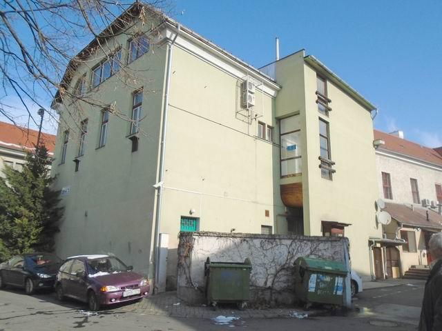 Veszprémben, a belvárosban, a '80-as években téglából épült, 3 szint… 10