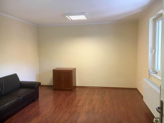 Veszprém belvárosában, iroda épületben földszinti 25 m2-es 1 helyisé… 2