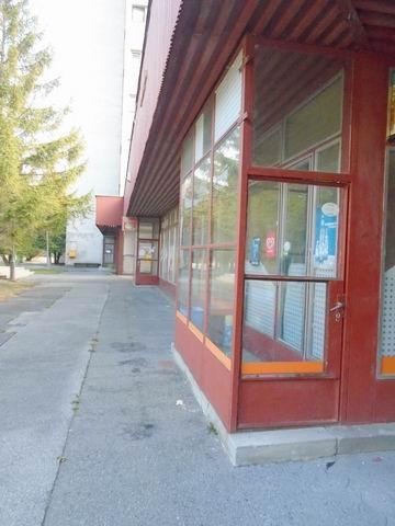 Balatonfűzfő-gyártelep kertvárosi részén lakóházak között, az iskola… 2