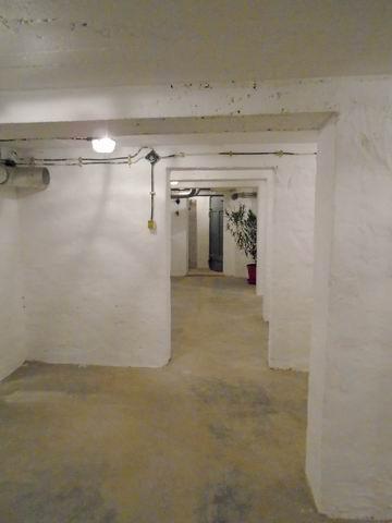 Veszprémben, az Egyetemvárosban, 4 szintes tégla épület alagsorában,? 3